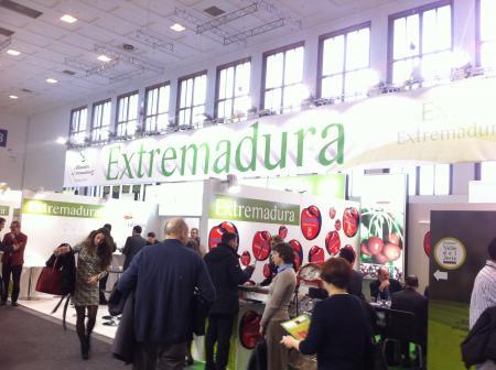 Empresas y cooperativas extremeñas exponen sus productos en la Feria Internacional Fruit Logistica de Berlín bajo el stand del GobEx