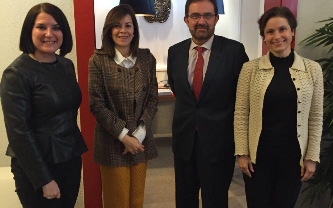 La Directora General de Acción Exterior y el Director de Extremadura Avante se reúnen con las embajadoras de Guatemala y Panamá