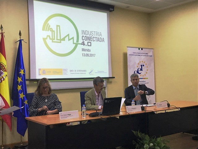El consejero Navarro anima a las industrias extremeñas a avanzar hacia la digitalización para obtener productos con mayor valor añadido