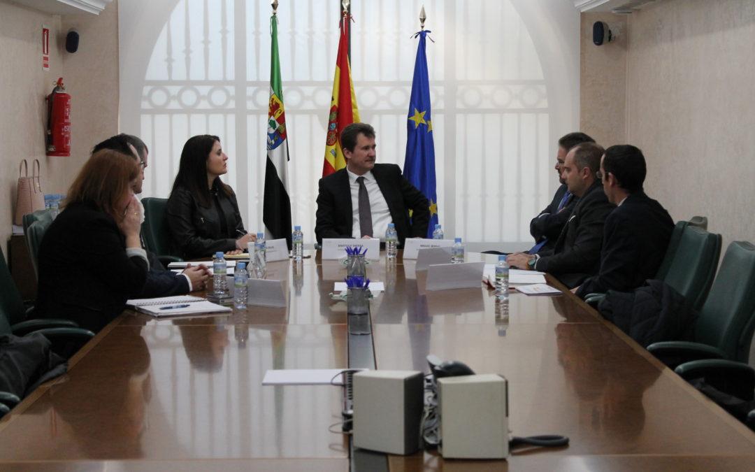 El presidente de la Junta de Extremadura recibe al embajador de Ucrania en España